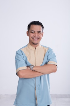 Homem asiático muçulmano sorrindo