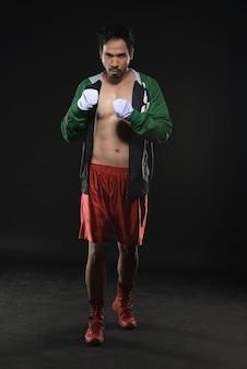 Homem asiático musculoso no manto com alça no pulso