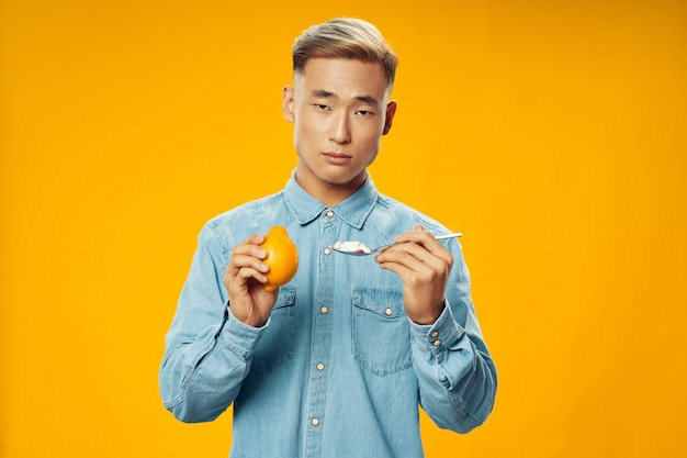 Homem asiático na parede brilhante cor posando