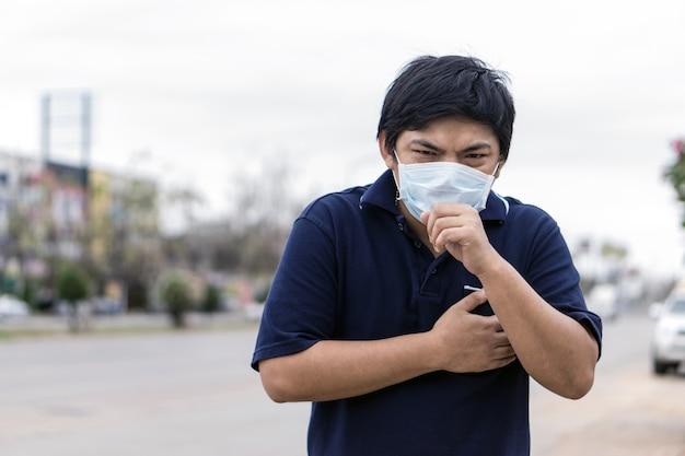Homem asiático na rua usando máscaras de proteção
