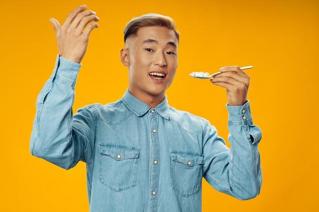 Homem asiático na superfície de cor brilhante, posando de modelo, coronavírus