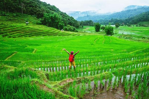 Homem asiático, natureza