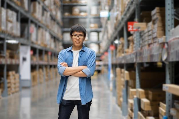 Homem asiático no armazém