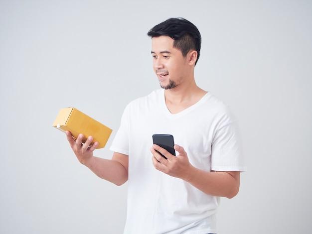 Homem asiático obter coisas on-line encomendadas