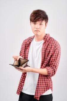 Homem asiático se sentindo triste com a carteira na mão em um fundo branco isolado