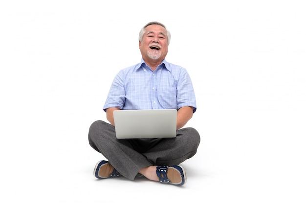 Homem asiático sênior animado, sentindo-se feliz comemorando o sucesso nos negócios on-line da vitória.