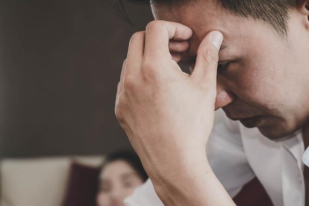 Homem asiático, sentando, pensando