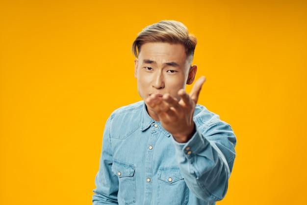Homem asiático sobre fundo de cor brilhante, posando de modelo