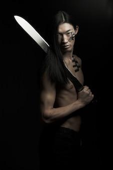 Homem asiático sobre preto