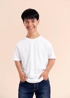 Homem asiático sorridente com pose de nanismo