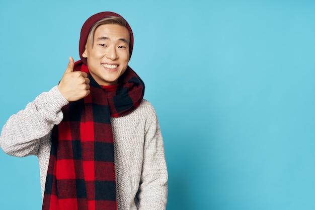 Homem asiático sorrindo com lenço xadrez no pescoço