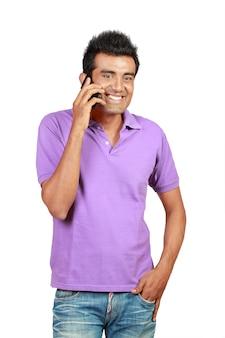 Homem asiático sorrindo usando um telefone celular