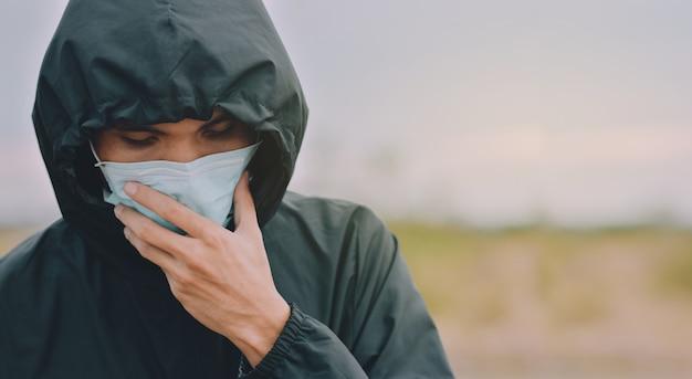 Homem asiático usa máscara cirúrgica ou máscara facial para proteger o vírus corona 2019 ou o covid 19 em público Foto Premium