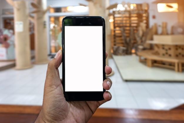 Homem asiático usando a mão segure smartphone preto, fundo de maquete de smartphone.