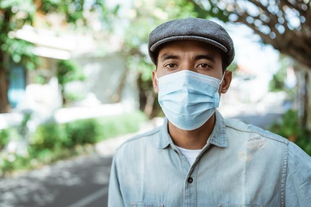 Homem asiático usando máscara antes de sair