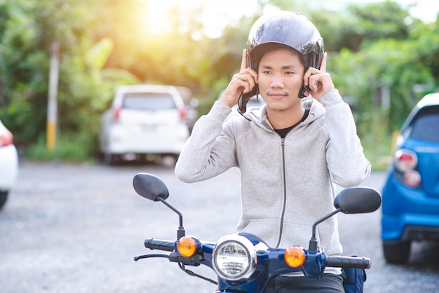 Homem asiático usando um capacete