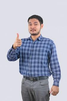 Homem asiático usar camisas listradas azuis sorrindo feliz e polegares para cima
