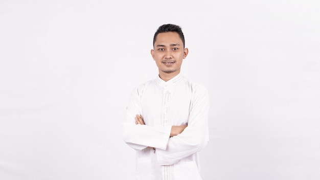 Homem asiático vestindo roupas muçulmanas isolado espaço em branco