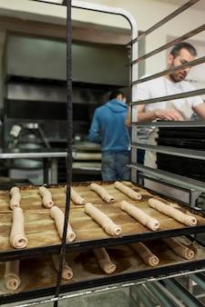 Homem assando pão fresco