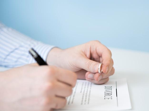 Homem assinando contrato de divórcio