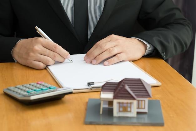 Homem, assinando, hipoteca, papeis