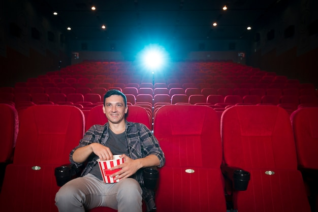 Homem assistindo filme no cinema
