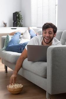 Homem assistindo netflix em seu laptop