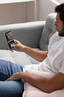 Homem assistindo netflix em seu smartphone