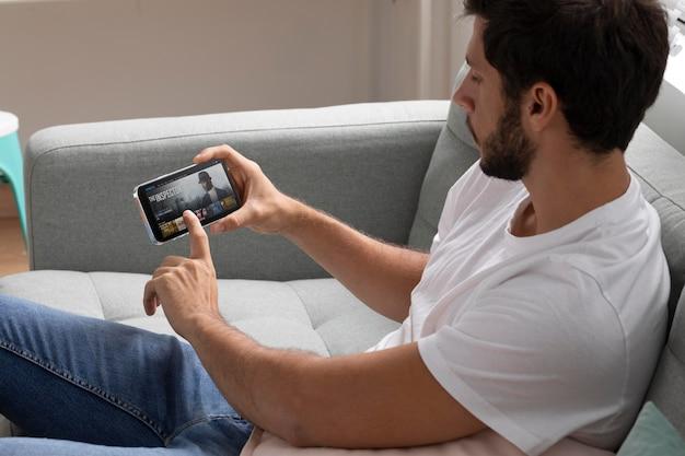 Homem assistindo netflix em seu telefone