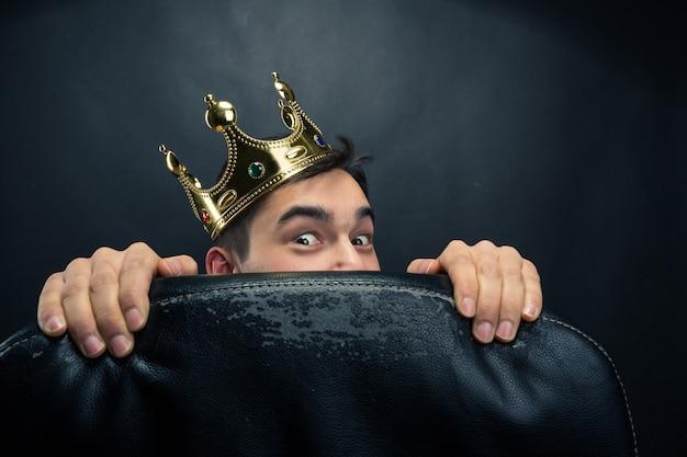 Homem assustado com coroa