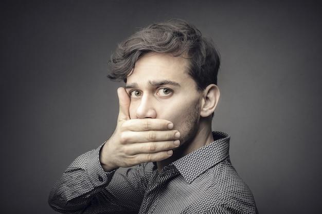 Homem assustado conhece um segredo