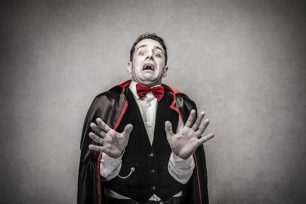 Homem assustado vestido como drácula