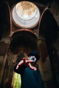 Homem assustador com maquiagem horrível de halloween. tema de terror