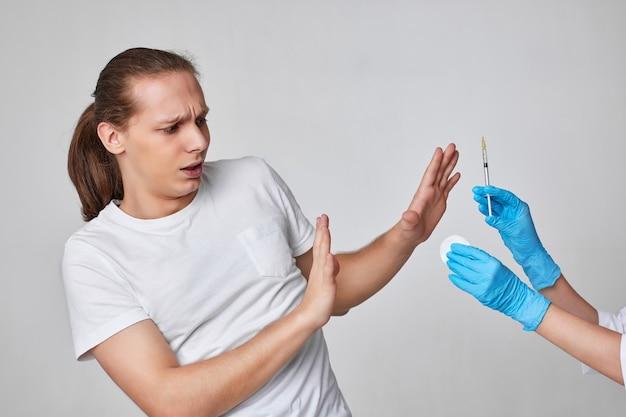 Homem assustador durante a vacinação contra o coronavírus, imunização covid-19.