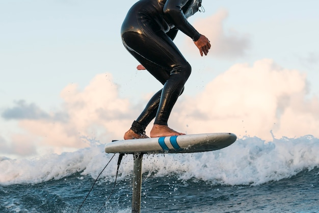 Homem ativo em equipamentos especiais surfando no havaí Foto Premium