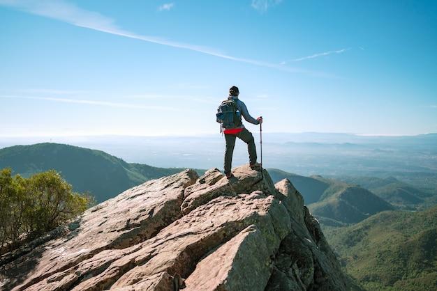 Homem ativo olhando a paisagem.