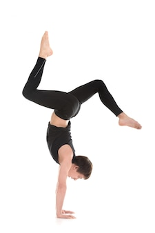 Homem ativo praticando yoga avançada