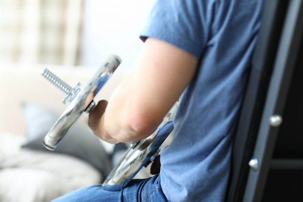 Homem ativo se envolver totalmente com halteres em casa