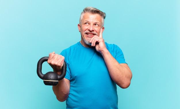 Homem atleta sênior sorrindo feliz e sonhando acordado ou duvidando, olhando para o lado