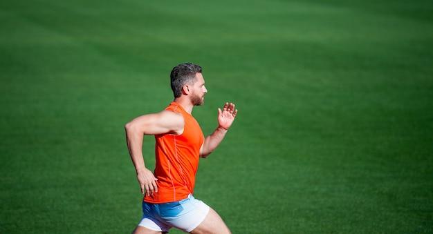 Homem atlético competir em sprint. esporte estilo de vida saudável. treinamento de fitness ao ar livre. corredor corre rápido na pista de corrida. enérgico e esportivo. energia da velocidade da maratona. homem musculoso em movimento.
