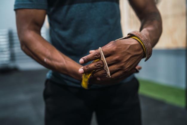 Homem atlético, ficando pronto para o treinamento crossfit.