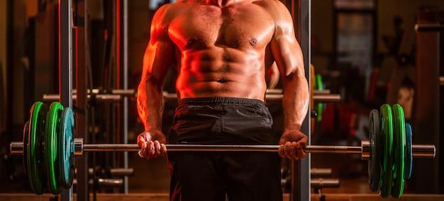 Homem atlético fisiculturista com tanquinho, abdômen perfeito, ombro
