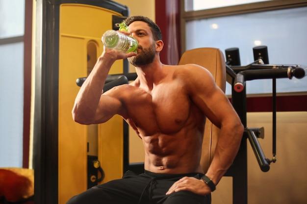 Homem atlético hidratante