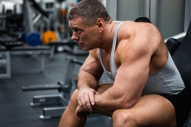 Homem atlético treina no ginásio.