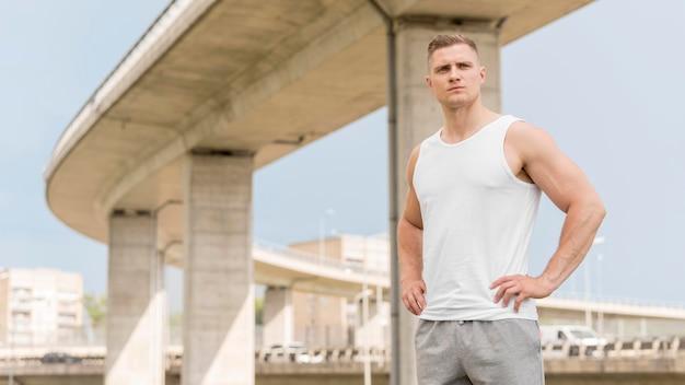 Homem atlético vista frontal, olhando para longe