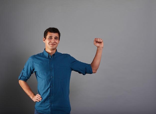 Homem atraente cerrando os punhos
