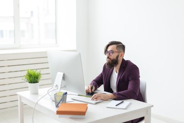Homem atraente com barba, conceito de pessoas e tecnologia, vestido com jaqueta roxa, trabalhando no