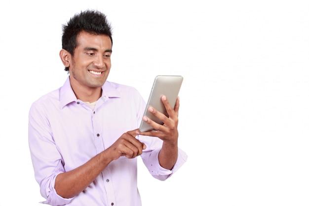Homem atraente com touchpad