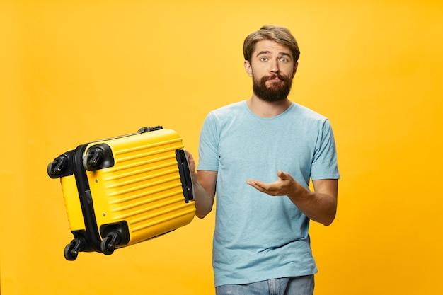 Homem atraente com uma mala na mão