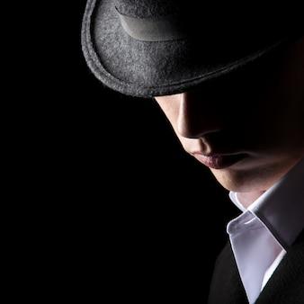 Homem atraente irreconhecível no chapéu